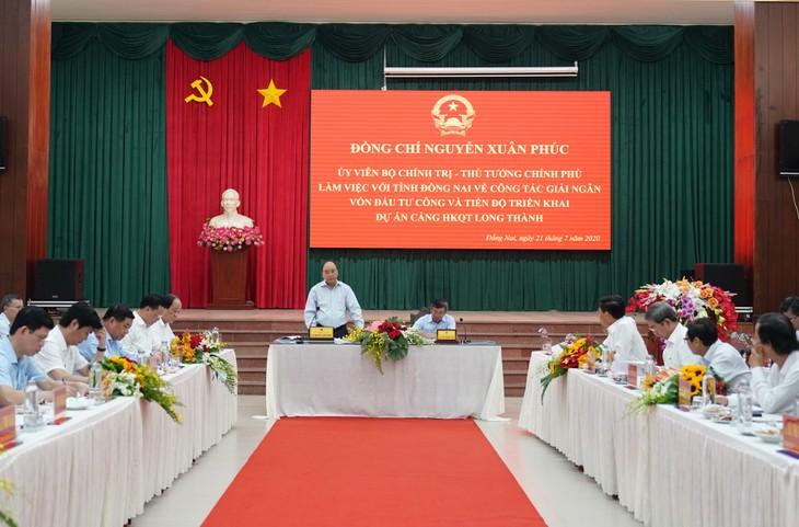 越南政府总理阮春福检查龙城机场建设项目施工情况 - ảnh 1