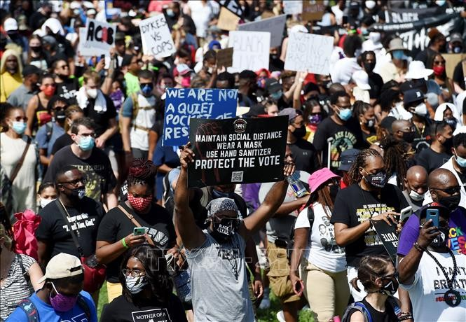 最大规模的抗议种族歧视示威游行在美国举行 - ảnh 1