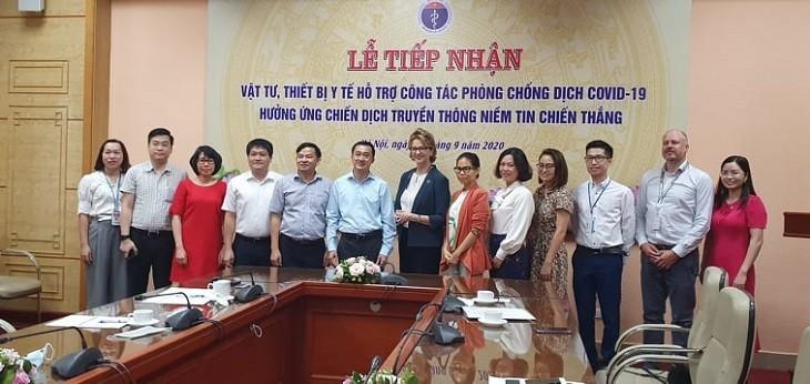 越南卫生部接收捐赠给抗疫工作的医用物资和设备 - ảnh 1