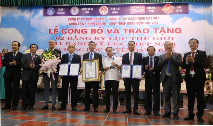 越南生产的高温烧制黏土建材品牌首次创下双世界纪录 - ảnh 1