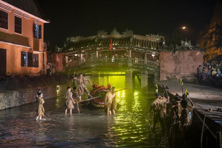 广南省会安市以舞台艺术形式再现会安商港景象 - ảnh 1