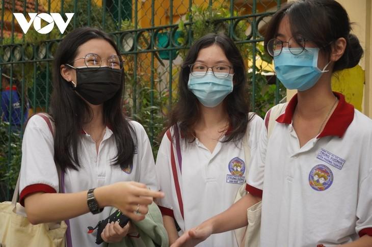 确保防疫安全,成功举行全国高中毕业考试 - ảnh 1