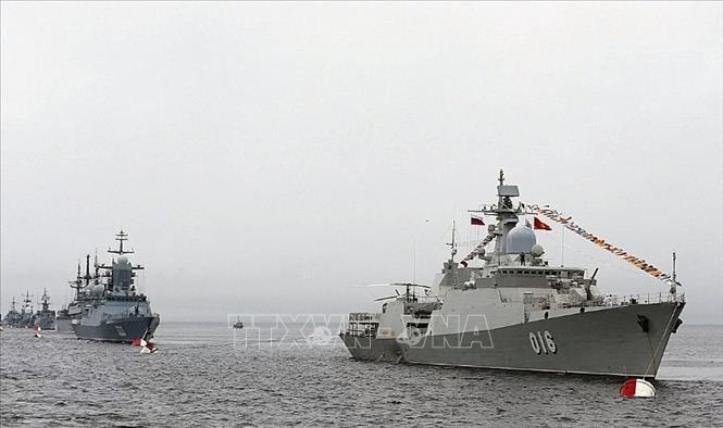 越南海军舰艇编队参加庆祝俄罗斯海军建军日阅兵活动 - ảnh 1