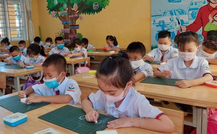 越南学生克服疫情困难开始新学年 - ảnh 2