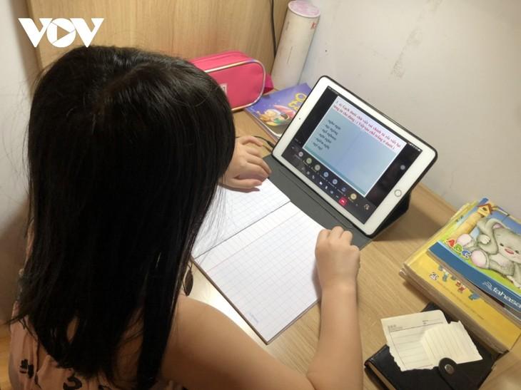 越南学生克服疫情困难开始新学年 - ảnh 3