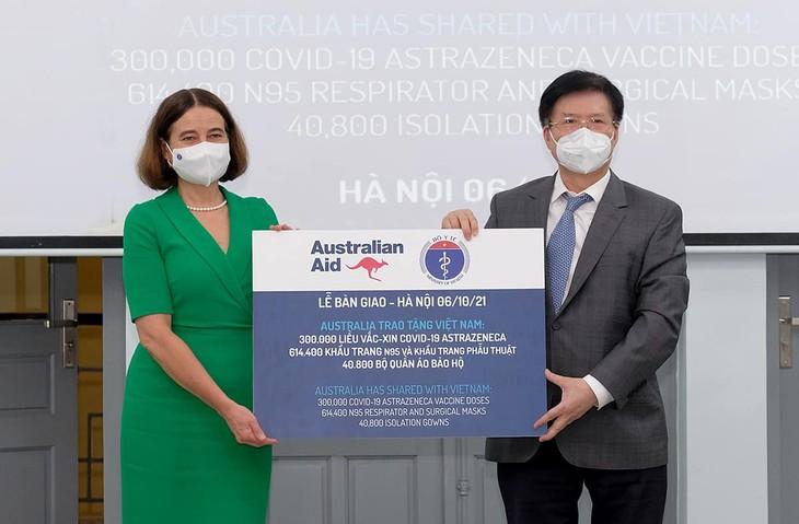 越南卫生部接收澳大利亚捐赠的30万剂疫苗及其他防疫物资 - ảnh 1