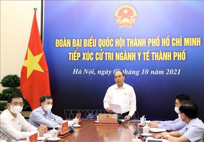 越南国家主席阮春福与胡市卫生部门的选民进行接触 - ảnh 1