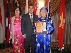 Sastrawan Vietnam menerima Penghargaan susastera Asia Tenggara 2011 - ảnh 1
