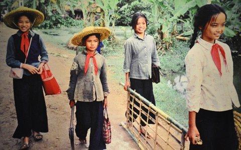 Pameran foto  tentang anak-anak pada masa perang - ảnh 3