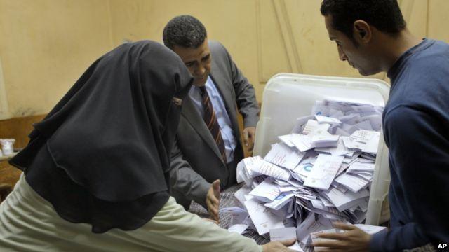 Mayoritas pemilih Mesir mendukung rancangan UUD baru - ảnh 1
