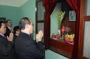 Ketua Pengurus Besar Front Tanah Air Vietnam membakar hio untuk mengenangkan Presiden Ho Chi Minh - ảnh 1