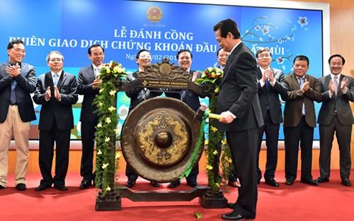 PM Nguyen Tan Dung: pasar efek Vietnam harus berkembang dan berintegrasi secara lebih intensif lagi pada pasar internasional - ảnh 1