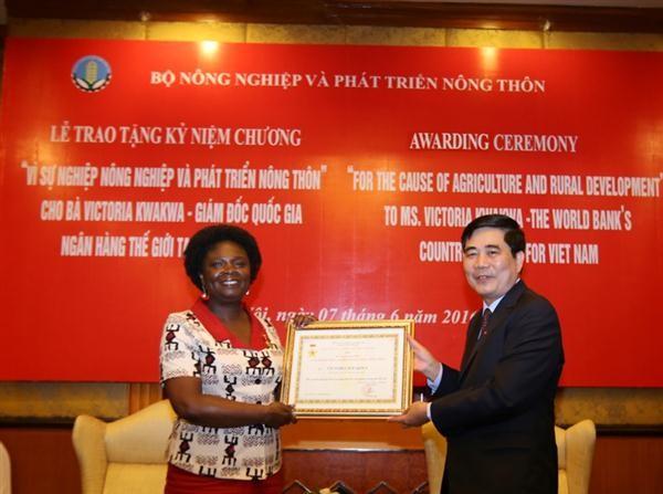 Penyampaian lencana peringatan demi usaha pertanian kepada ibu Victoria KwaKwa, mantan Direktur Nasional Bank Dunia di Vietnam - ảnh 1