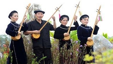 Warga etnis minoritas Nung menyanyikan lagu rakyat - ảnh 1