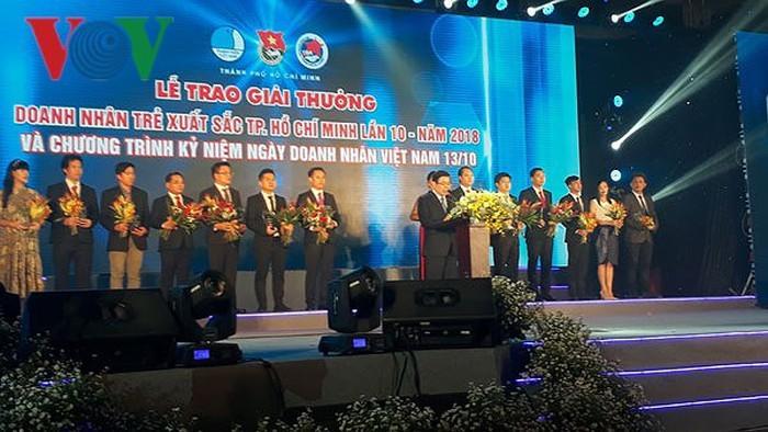 Ho Chi Minh-ville distribue des prix de jeunes entrepreneurs excellents - ảnh 1