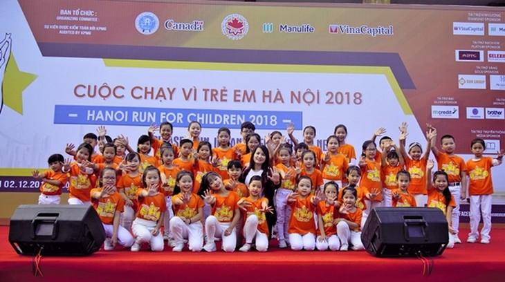 Des milliers de personnes participent à la Course pour les enfants Hanoi 2018 - ảnh 1