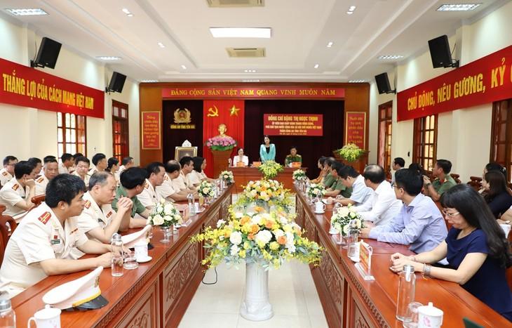 Dang Thi Ngoc Thinh rend visite à la police de la province de Yên Bai - ảnh 1