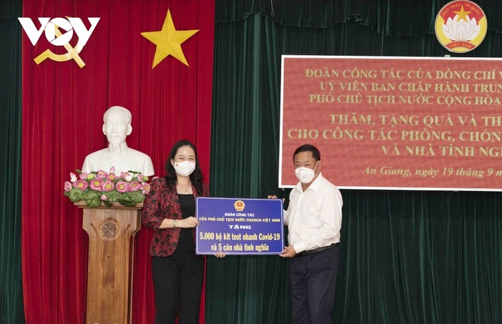 Vo Thi Anh Xuân au chevet des équipes de lutte anti-Covid-19 d'An Giang - ảnh 1
