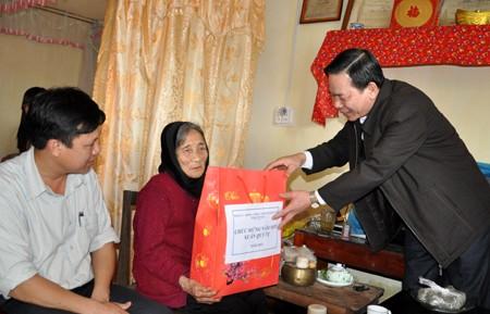 Geschenke für Bedürftige und Menschen mit Verdiensten zum Neujahresfest Tet - ảnh 1