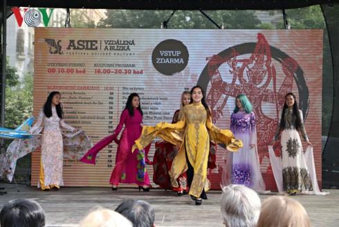 Werbung für das Image Vietnams beim Asiatischen Kulturfest in Tschechien - ảnh 1
