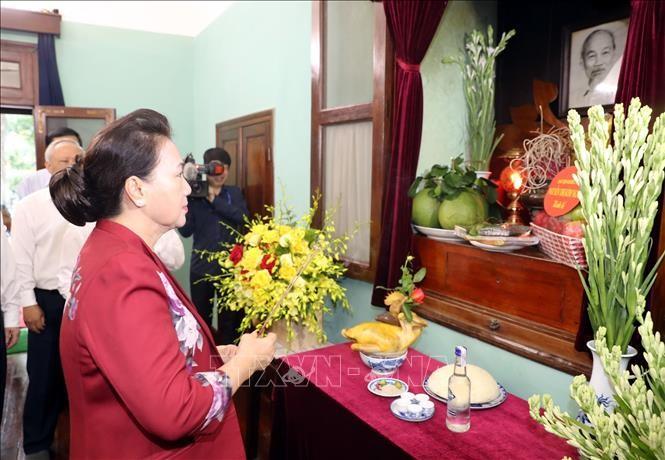 Parlamentspräsidentin Nguyen Thi Kim Ngan zündet Räucherstäbchen zu Ehren des Präsidenten Ho Chi Minh an - ảnh 1