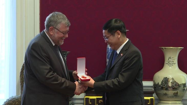 Überreicherung des Freundschaftsordens an die belgisch-vietnamesische Freundschaftsgesellschaft - ảnh 1