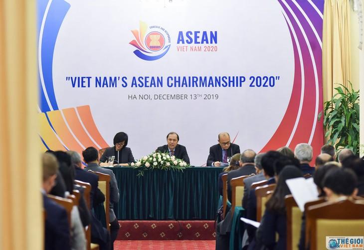 Vizeaußenminister Nguyen Quoc Dung informiert über ASEAN-Vorsitz-Jahr 2020 - ảnh 1