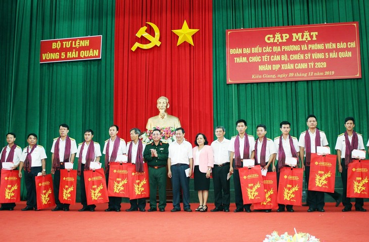 Vertreter der Provinzen sowie Journalisten besuchen Offiziere und Soldaten des Marinekommandos Nummer 5  - ảnh 1