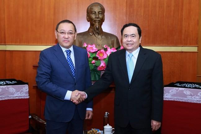 Der Vorsitzende der Vaterländischen Front Vietnams Tran Thanh Man empfängt Kasachstans Botschafter - ảnh 1