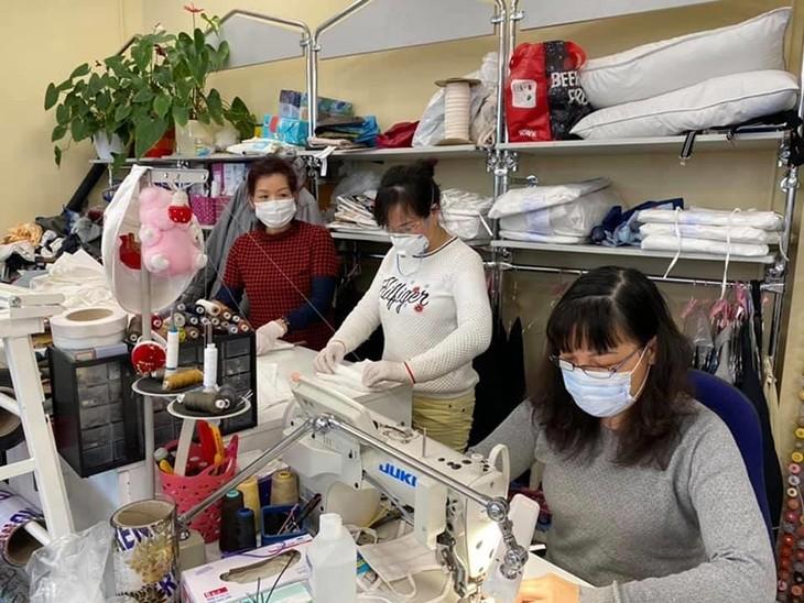 Die vietnamesische Gemeinschaft spendet Mundschutzmasken für deutsche Ärzte und Polizisten - ảnh 1