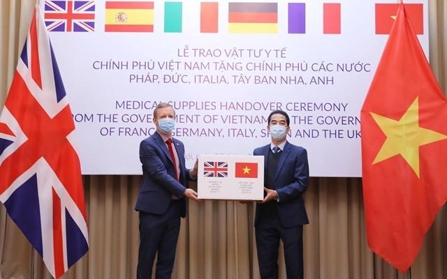 US-Nachrichtenmagazin lobt Mundschutzmasken-Übergabe Vietnams an fünf EU-Länder - ảnh 1