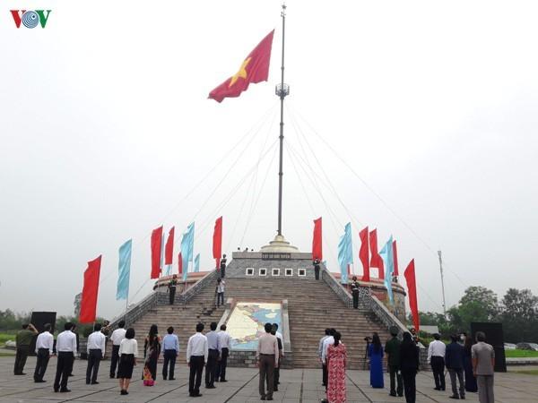 Zeremonie zum Flaggenhissen zum Jahrestag der Wiedervereinigung an den Ufern Hien Luong – Ben Hai - ảnh 1