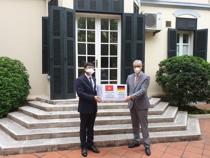Vietnamesische Alumni überreicht 5000 Mundschutzmasken an Deutschland - ảnh 1