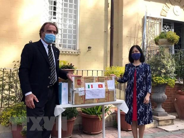 Vietnamesische Botschaft in Italien unterstützt das Gastland beim Kampf gegen Covid-19 - ảnh 1