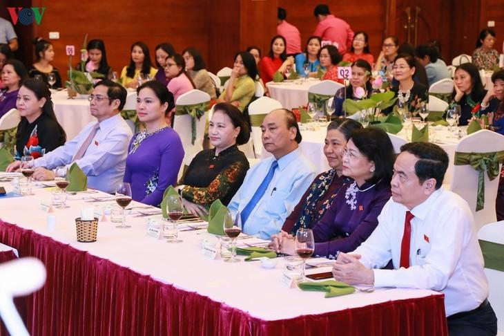 Premierminister und Parlamentspräsidentin nehmen an Treffen mit Parlamentarierinnen teil - ảnh 1