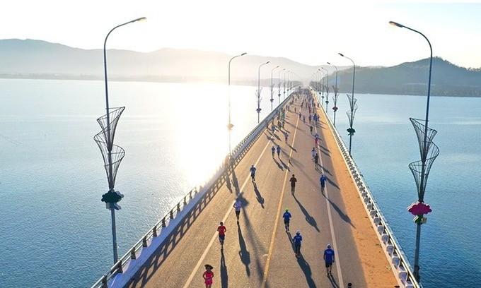 Marathon-Wettbewerb VnExpress 2020 zieht mehr als 100 ausländische Marathonläufer an - ảnh 1