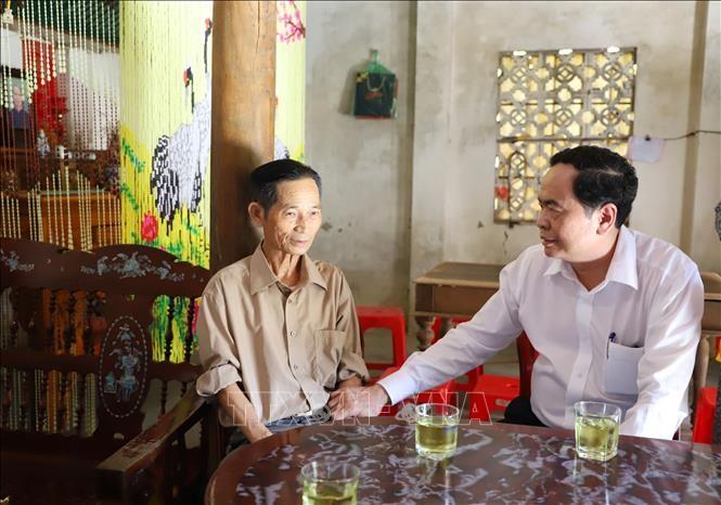 Geschenkübergabe an Familien der verdienstvollen Menschen in Ha Tinh - ảnh 1