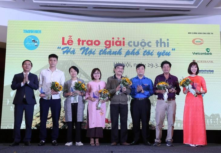 """Preisverleihung des Wettbewerbs """"Die Stadt Hanoi, die ich liebe"""" - ảnh 1"""