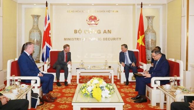 Polizeiminister To Lam empfängt britischen Botschafter in Vietnam - ảnh 1