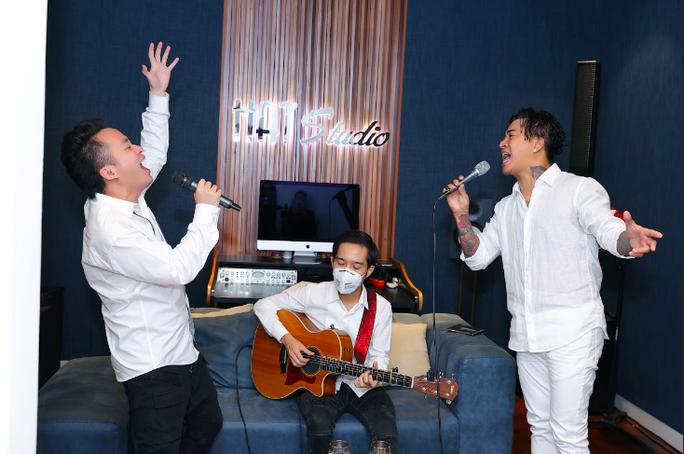 Künstler spenden Geld für Covid-19-Bekämpfung in Bac Ninh und Bac Giang - ảnh 1