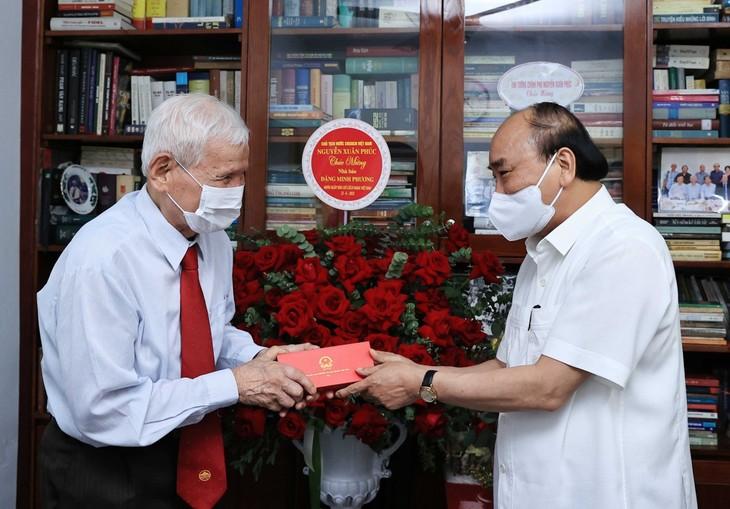 Staatspräsident Nguyen Xuan Phuc ehrt ehemalige Journalisten - ảnh 1