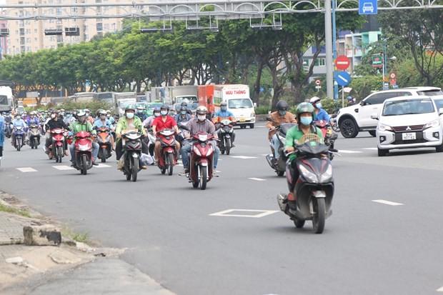 Ho Chi Minh Stadt belebt sich am ersten Tag der Lockerung sozialer Distanzierung - ảnh 1