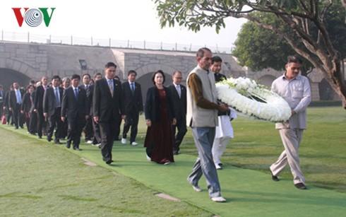越南国会主席阮氏金银向印度圣雄甘地纪念台敬献花圈 - ảnh 1