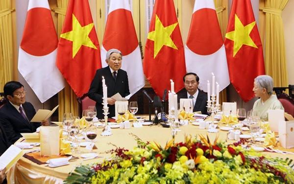 越南国家主席陈大光与夫人设宴款待来访的日本天皇及皇后 - ảnh 1