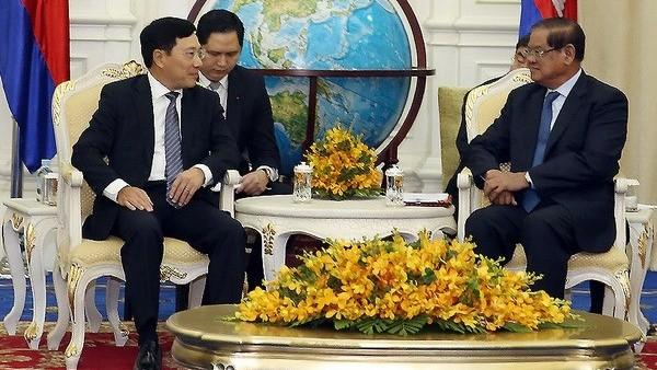 越南政府副总理兼外长范平明会见柬埔寨国会主席韩桑林 - ảnh 1
