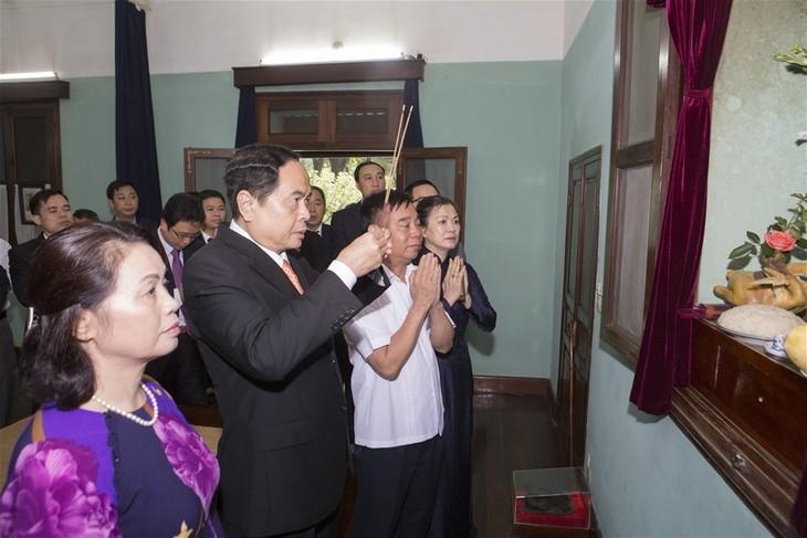 越南祖国阵线中央委员会主席陈清敏上香缅怀胡志明主席 - ảnh 1