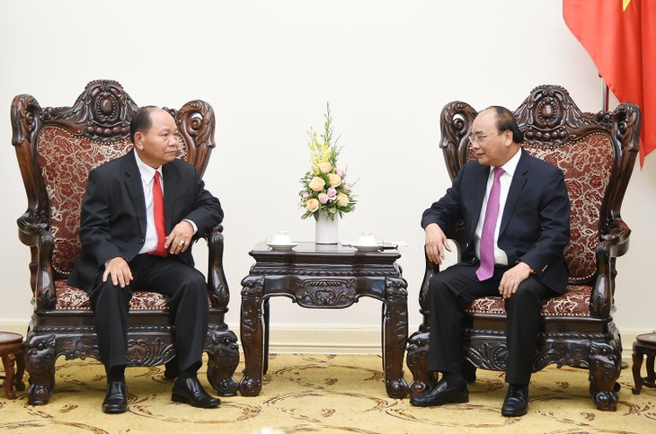 阮春福会见老挝内政部长坎曼 - ảnh 1