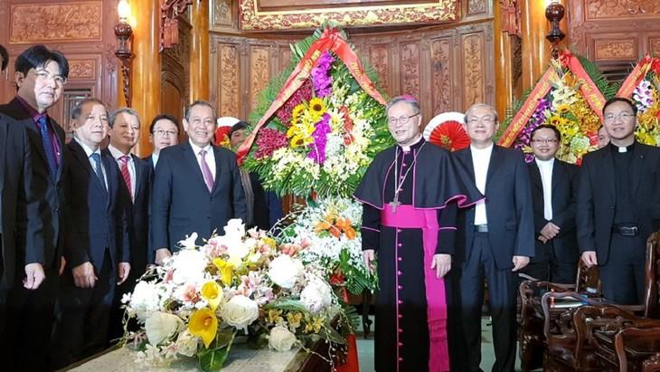 Hochrangige Politiker besuchen und beglückwünschen Katholiken zum Weihnachten - ảnh 1
