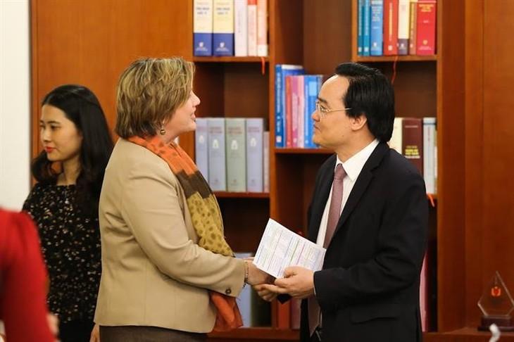 Bildungsminister Phung Xuan Nha empfängt Unicef-Vertreterin in Vietnam Rana Flowers - ảnh 1