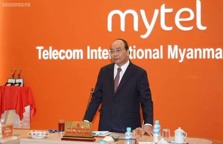 Premierminister Nguyen Xuan Phuc besucht einige vietnamesische Unternehmen in Myanmar - ảnh 1
